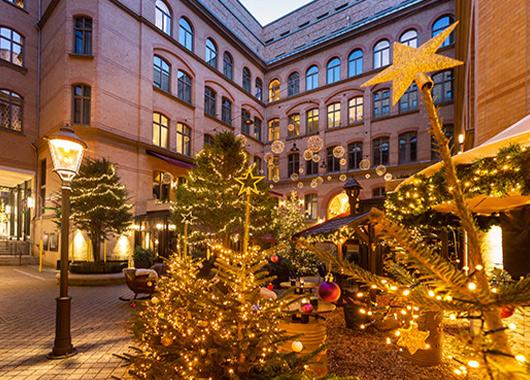 Treppenhof mit Weihnachtsdeko